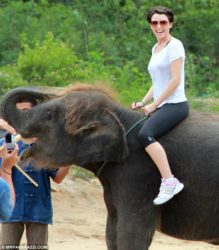 Imagen de Dannii Minogue con elefantes